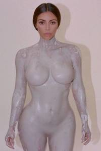 Kim Kardashian lanza perfume... y el bote va a tener sus propias curvas
