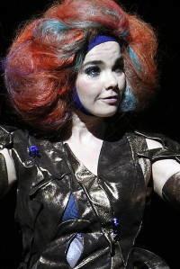 Björk cumple 55: ataques de furia, gorgoritos y un fan asesino