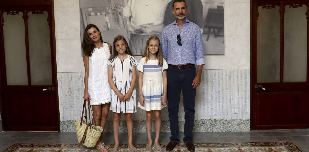 Tras los pasos de mamá: Leonor y Sofía se calzan sus primeras plataformas en Mallorca