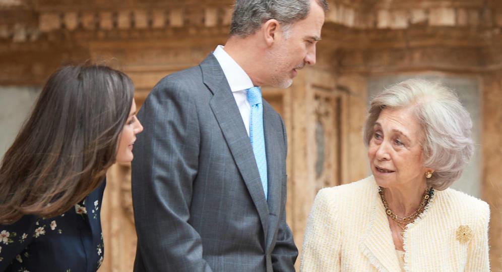 Foto de Letizia y la reina Sofía se dan la paz: crónica de una misa ensayada